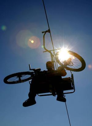 Liften tar både dig och din cykel enkelt upp till toppen av backen.