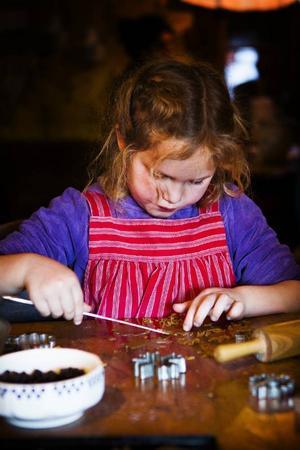 Stjärnor, blommor och en varg var formerna på pepparkakorna som sexåriga Esther Nilsson gjorde.