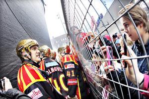 Jakob Silfverberg tog sig tid att växla några ord med fansen innan han gick upp på scenen för att ta emot hyllningarna.