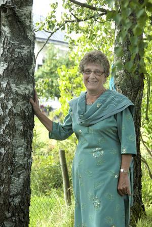 Birgitta Almeby, 70, iklädd pakistansk dress, har firat sin födelsedag och tillbringat några sommar-månader i Sverige.