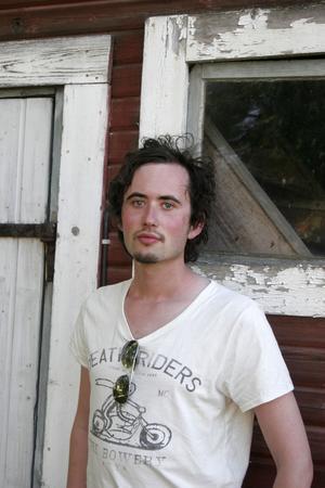 Musikern Jon-Olov Woxlin från Bergsjö har en bärande roll i pjäsen Svartdjefulen i Ljustorp som spelas på Lögdö Bruk i sommar.