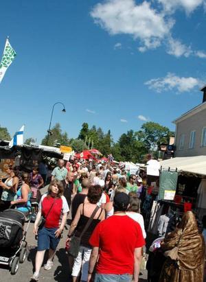 """FÖR VARMT.  20 000 färre besökte marknaden i Ockelbo jämfört med toppåret 2008 då 150 000 personer kom. """"Det var för varmt"""" säger Krister Ederth i arran-görsgruppen."""