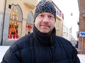 Hans Olofsson, Hammerdal– Jag gör allt själv eftersom jag bor själv. Nu är jag ute och handlar julklappar i sista minuten. På julafton åker jag runt till olika ställen för att träffa mina barn och mina föräldrar.