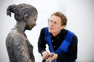 Knutte Wester tillsammans med en av sina skulpturer, en avgjutning av ett av barnen från ett barnhem i Riga. Utställningen