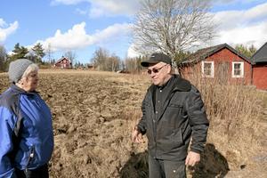 Drabbade markägare. Lisbet Karlsson och Christer Jakobsson har fått sina marker uppbökade av vildsvin. Foto: Katarina Hanslep