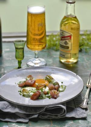 Servera gubbröra som hemma hos Årets kock. En annorlunda variant på bekanta midsommarsmaker.