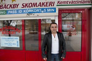 Elias Yakoub har drivit Bäckby skomakeri i 15 år. Branden i februari ifjol innebar en ekonomisk katastrof för honom, men nu försöker han se framåt.