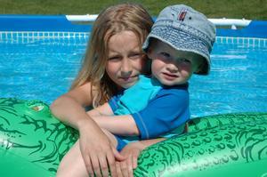 Crocodile rider. En riktigt varm sommardag kan det vara skönt med ett dopp i poolen.