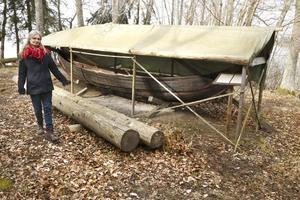 Samisk båt. Kopian av en samisk båt från 800-talet,  finns på Storholmen i Svanberga. Den är sydd med rötter i löpande söm på samiskt vis, påpekar Gunilla Larsson. Båten är av samma typ som de båtar som vikingarna använde på sina handelsfärder.