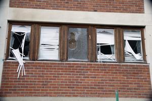 Nästan samtliga fönster är krossade. Byggnaden har dessutom blivit ett