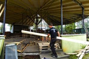 Jobbar hårt. Snickarna Lasse Backlund och Lasse Jansson har arbetat med dansbanans tak tre veckor i sträck. Foto:Mikael Forslund
