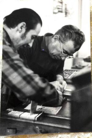 Bild från 70-talet när Dumitri arbetade som typograf. Dumitri till höger på bilden.