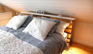 Även till sänggavel i gästrummet använde Helena en lastpall