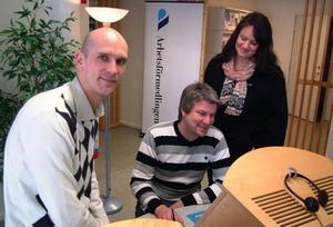 Arbetsförmedlingens sektionschef i Hammarstrand, Anders Söderman tillsammans med de två arbetscoacherna  Pether Nylander och Mie Berglund. Foto: Ingvar Ericsson