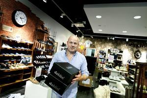 """VISS PÅVERKAN. Stefan Ullström driver Berglövs skor i Flanörgallerian. Enligt honom påverkar all ekonomisk oro handeln. """"Det bästa är när det är lugn och ro"""", säger han."""