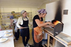 Anna Berglund gräddar pizza tillsammans med Katarina Flink.