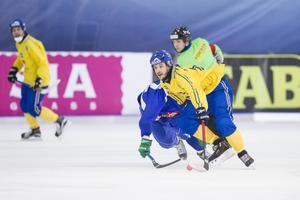 Sveriges Hans Andersson under semifinalen mellan Sverige och Finland vid bandy-VM i ryska Uljanovsk på lördagen. Sverige förlorade matchen 2-3 och därmed finalplats.