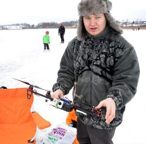 André Romsi från Säter och Södra Dalarnas Radioflygklubb lät sin quadcopter flyga över isracingbanan för att filma cyklarna.