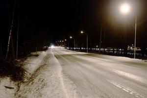 """Vargen """"lunkade fram"""" på Drottninggatan i riktning mot Katrineholm. I närheten ligger ett stort bostadsområde."""