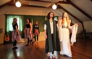 Alvkungen Oberon med sin drottning Titania. En del av kläderna till pjäsen har Annaskolan fått låna från Dalateatern, annat har de sytt själva.