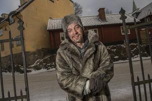 Bob Hansson är en av de mest kända svenska poeterna. Att han når ut till så många tror han helt enkelt beror på att det är hans mål.