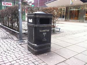 Soptunna på Storgatan.
