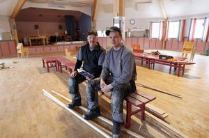Snickarna Torbjörn Nadumsether och Johan Hemström arbetar med att återställa paviljongens golv.