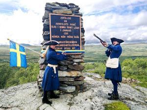 Salut med musköt var en del av lördagens återinvigning av Karolinermonumentet vid Gräsliden söder om Storlien.