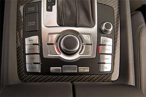 Audis avancerade ljudanläggning manövreras via det så kallade MMI-systemet (som även styr navigator, färddator, telefon och mängder av andra funktioner i bilen). Det tar en stund att lära sig, men när man gjort det fungerar allt smidigt och intuitivt.