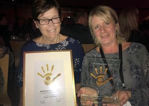 Kristina Kamsten och Marie Öberg med diplom och statyett som förkunnar att Ånge kommun är vinnare av Guldhanden 2017.