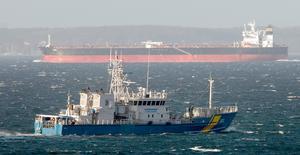 Kustbevakningens KBV 202 passerar framför en oljetanker med den danska kusten som bakgrund utanför Ålabodarna norr om Landskrona.