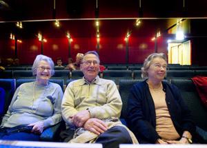 Bästa platserna är i mitten av teatern. Det tycker Margareta Ledin, Yngve Lundkvist och Gun Lundkvist och medger att det var fem år sedan som de besökte en biograf. Margareta Ledin tror inte att sonen Tomas Ledin medverkar med någon låt i filmen.