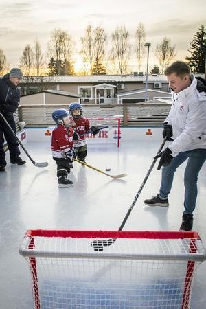 Isrinken på altanen i Klockarberget är populär för både barn och föräldrar. Här spelar Mikael Grip och sonen Oliver tillsammans med grannarna och kompisarna Jesper och Albin Karlsson.