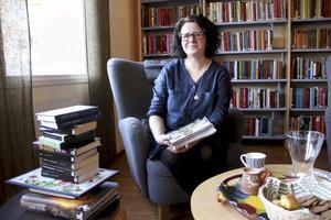 Mysigt. Karin Sandström, 43, trivs med att jobba i biblioteksmiljö. Under hösten har hon vikarierat både i Fagersta och Skinnskatteberg, men nu är det snart bara Skinnskatteberg som gäller. På bibliotek finns det mer att göra än att låna böcker, som att läsa tidningar eller tidskrifter och använda internet, framhåller Karin. Foto: Veronica Svensson