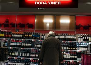 Svenskarna väljer allt dyrare viner när de handlar på Systembolaget.