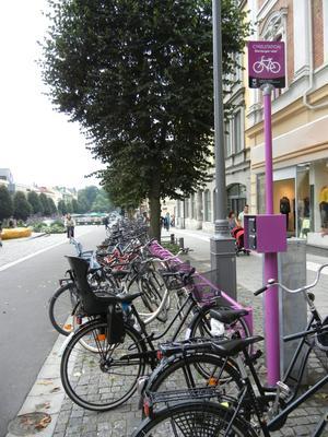 Nej, ajabaja! Där får man inte ställa sin cykel. De nya lila cykelställen är bara till för ett nytt hyrcykelsystem.