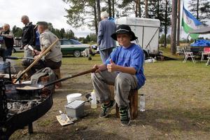 Robin Moén är 12 år och kommer från Lorås. Han reser runt med JRA och bjuder på kolbullekonster.