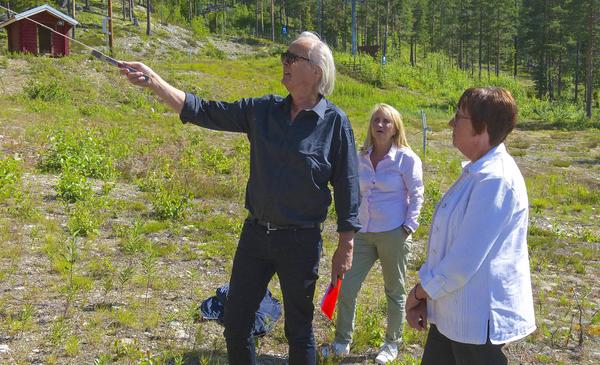 Scenografen Tor Svae, projektledaren Kjerstin Valkeapää och kommunalrådet Gunilla Zetterström Bäcke inspekterar platsen där den samiska aktivitetsparken ska ligga intill barnskidbacken i Björnrike.