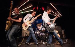 """4/5-delar av Partypolarna spelar i Avesta. På bild är Kent Olsson, Johan Eriksson, Marcus Börjesson (bakom trummorna) och Andreas """"Boppen"""" Hedlund. Foto: Anders Erkgärds"""