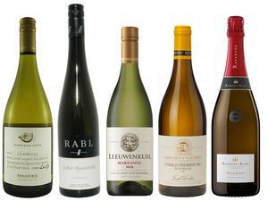 Fem riktigt goda och väl prisvärda vita och mousserande viner bland augustis exklusiva, tillfälliga, nyheter.