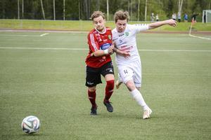 Matchen bjöd på en hel del täta närkamper. Här försöker Ånges Linus Sjölander komma loss från bevakning.