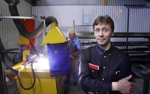 Ulf Nordin förlorade jobbet som svetsare efter att ha blivit varslad. Men nu har han – trots det dystra läget på arbetsmarknaden – lyckats få jobb som yrkeslärare i svetsning på Lernia. – Det är viktigt att försöka se nya vägar, säger han.