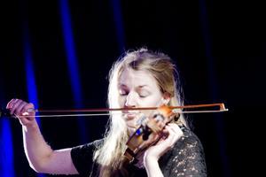 Karin Hellqvist med sin violin.