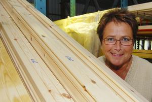 Minst tolv timmar om dagen. Så mycket jobb lägger Karin Budh och hennes man dagligen ned på sitt företag i Lillehammer. Karin ansvarar för offerter till företagets kunder.
