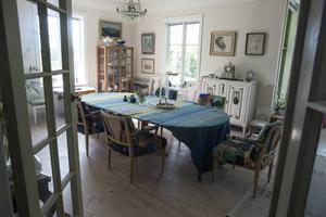 Den vackra duken har Ullas mamma vävt. Maken Klas var vd på Alice Lunds väveri i Borlänge och det finns många textilier från väveriet i huset.