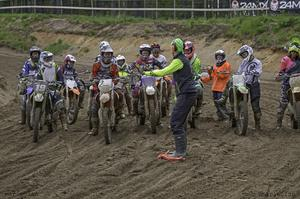 Motocross är en sport som hela tiden får fler och fler tjejer till sig. I Årsunda samlades 52 kvinnliga förare i Sveriges största motocrossläger för tjejer. VM-föraren Richard Sandberg var tränare och instruktör.