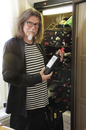 I 25 år har Sune Liljevall testat 350 nya viner i månaden. Men i det egna vinförrådet finns bara säkra favoriter.