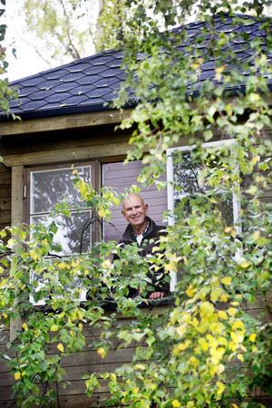 Högt uppe bland bladverket tittar Björn Colliander ut genom fönstret i sin trädkoja.