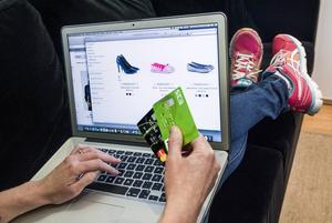 Alt fler köper sina julklappar via nätet. I år tros svenskar komma att lägga ned 5,4 miljarder kronor på julklappar som handlats via e-shopping.