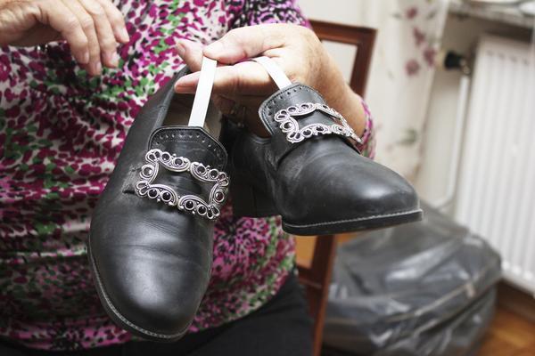 Speciella skor. Ingrid håller upp sina systerskor. De var en del av uniformen, men de är inte slitna då de bara användes vid speciella tillfällen.
